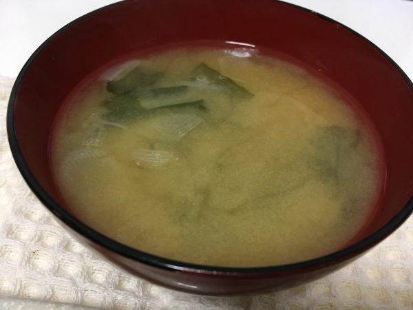 美健倶楽部 汁物:わかめと玉葱の味噌汁
